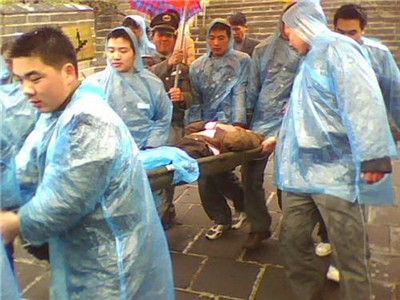 保安参与伤员救治